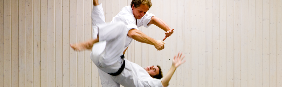 Mats Alexandersson 6 dan Shidoin, grundare av Stockholms Aikidoklubb, utför en koshinage. Stockholms Aikidoklubb, traditionell aikido och självförsvar